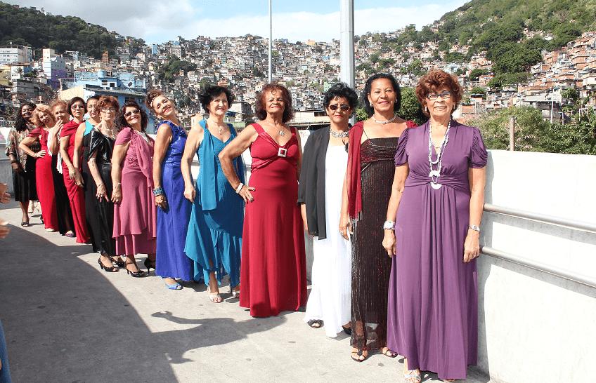 Passarela da Rocinha vira palco para desfile de modas dos idosos