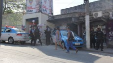 Policiais na entrada da Rua Nova, da alvorada. Foto: Betinho Casas Novas