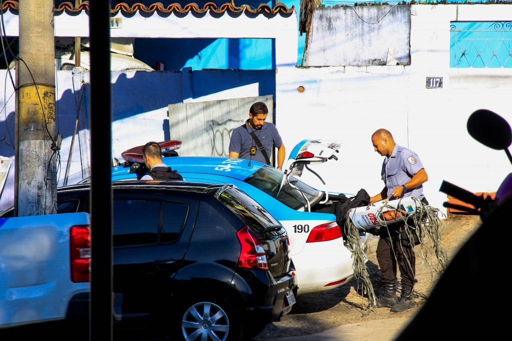 Policiais da UPP, junto com agente do TRE na estrada do itararé - Foto: Betinho Casas Novas