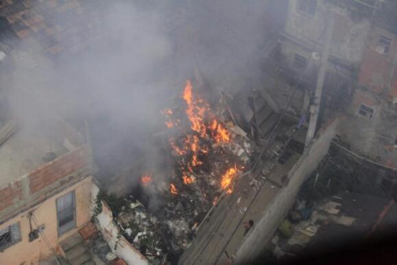 Fogo em lixos quase se torna uma tragédia no Alemão