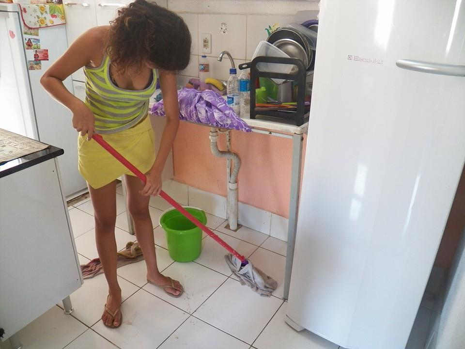 """Moradora limpando a casa por causa do """"alagamento"""" de esgoto. (Foto: Betinho Casa Novas)"""