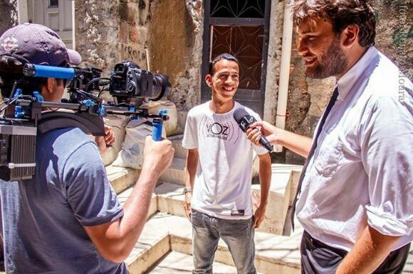 O repórter Ronald Rios entrevistando nosso cinegrafista Betinho Casas Novas no Complexo do Alemão / Foto: Renato Moura/2013