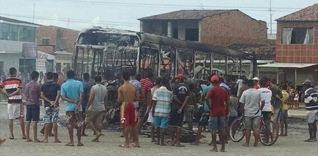 Após morte de adolescente, moradores do Conjunto Colibri queimam ônibus e fazem protesto