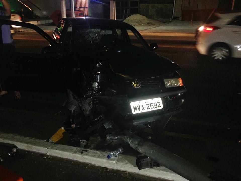 Carro derruba poste de energia em Jatiúca