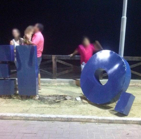 Totem instalado pela prefeitura é danificado na Ponta Verde