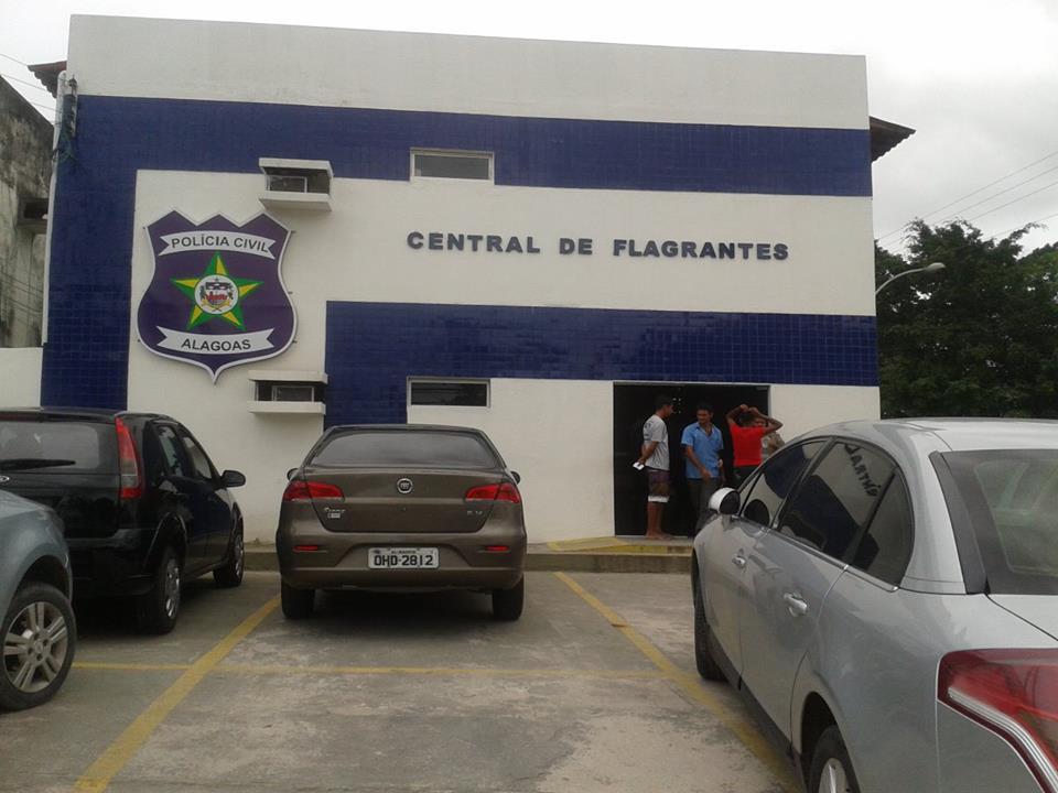Populares protestam contra prisão de acusado em frente a Central de Flagrantes, em Maceió