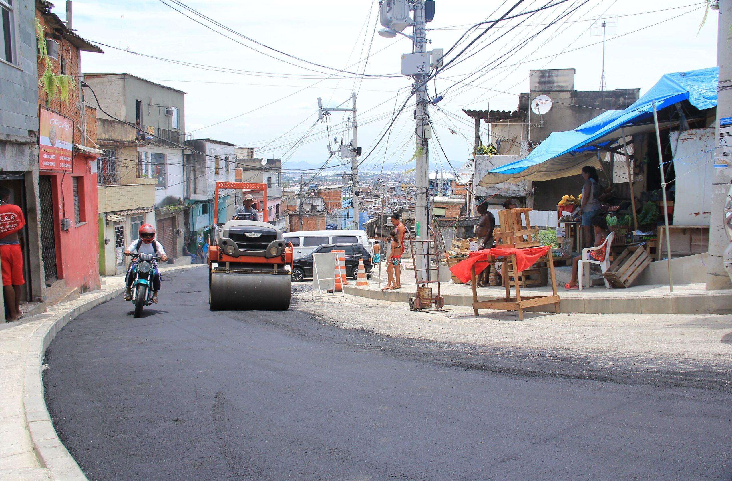 Avenida Central no Morro do Alemão recebe asfalto novo