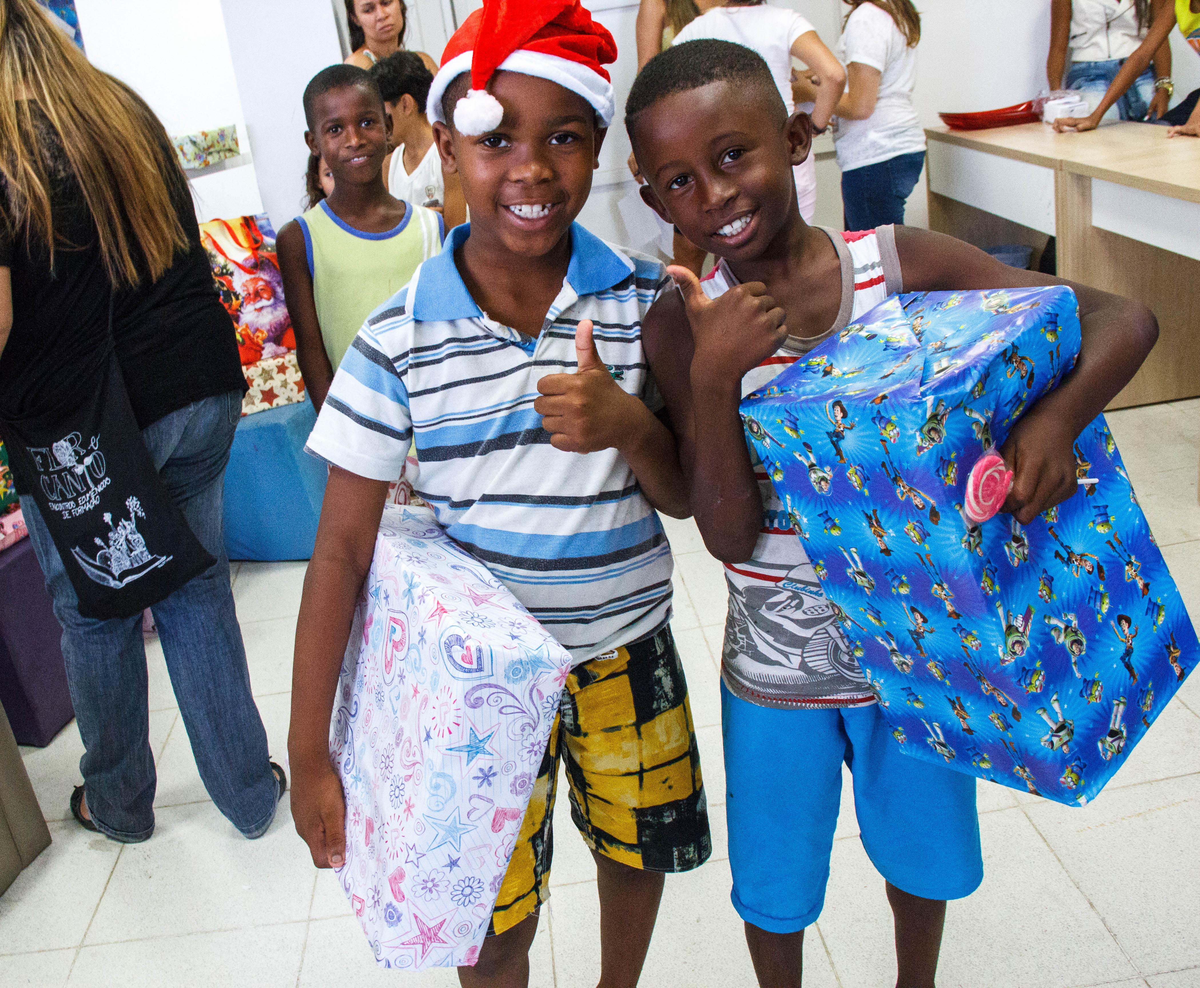 Crianças do Morro do Adeus ganham presente de Natal
