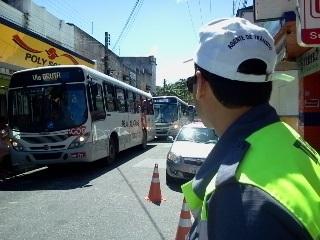 Ônibus colide em poste de energia elétrica na antiga Rua do Sol
