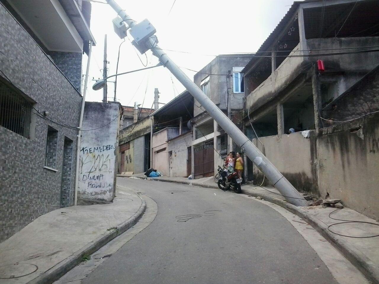 Poste novo da light cai no Complexo do Alemão e coloca moradores em risco