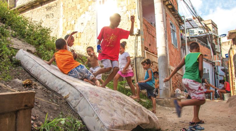 Crianças brincam no meio lixo por falta de área de lazer na Travessa Sonora