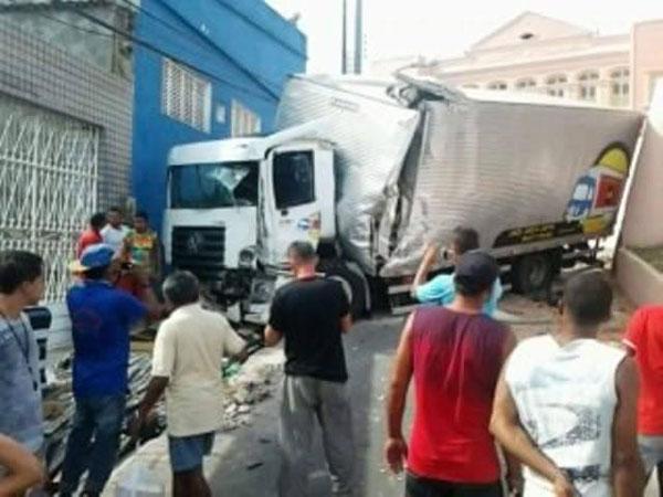 Pneu estoura e caminhão colide em muro de creche no Pilar