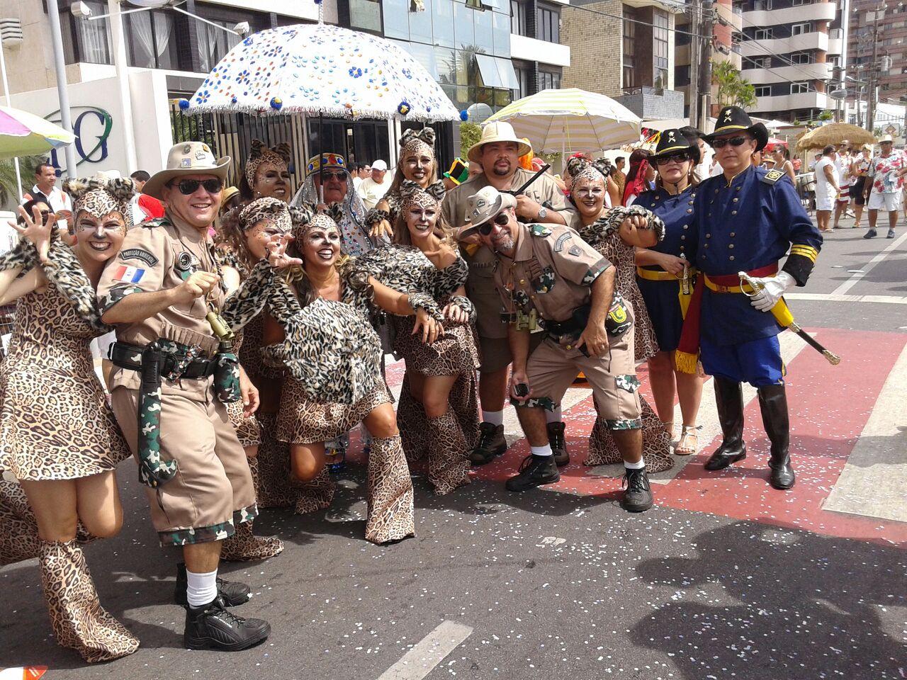 Com muita irreverência, foliões capricham na fantasia para brincar o Carnaval