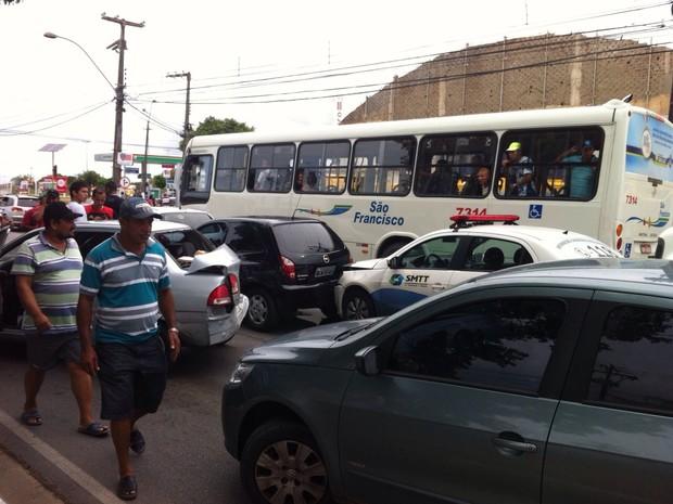 Engavetamento no Tabuleiro deixa trânsito lento