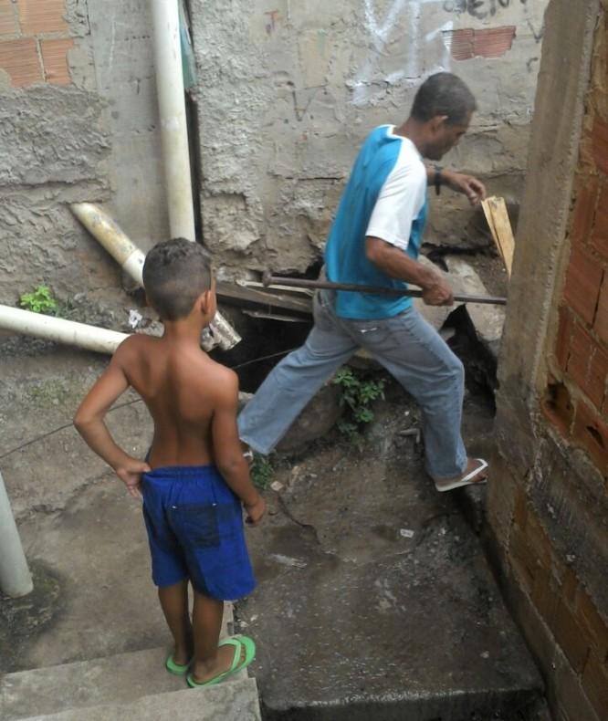 """Moradores da Fazendinha metem o """"Pé na Lama"""" por causa de vazamento de esgoto"""