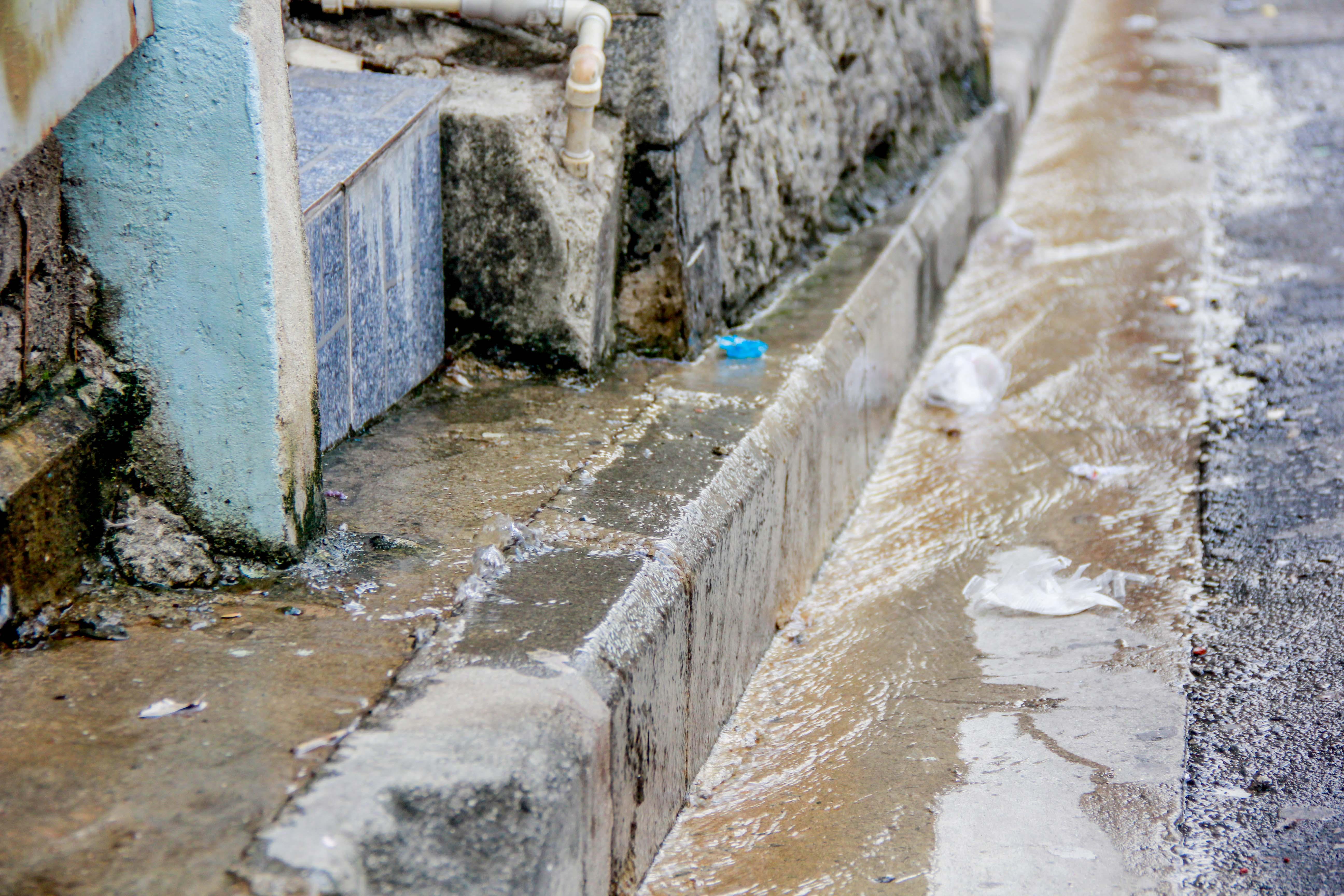 Desperdício deixa moradores sem água no Alemão