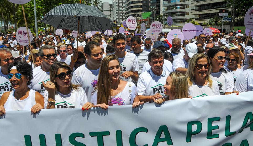 Caminhada contra violência doméstica leva multidão às ruas