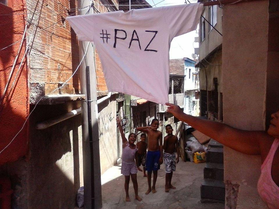 Pela PAZ, moradores do Alemão colocam bandeira branca nas janelas