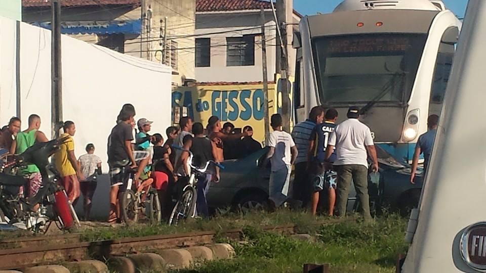 VLT se choca com veículo em cruzamento na Cambona