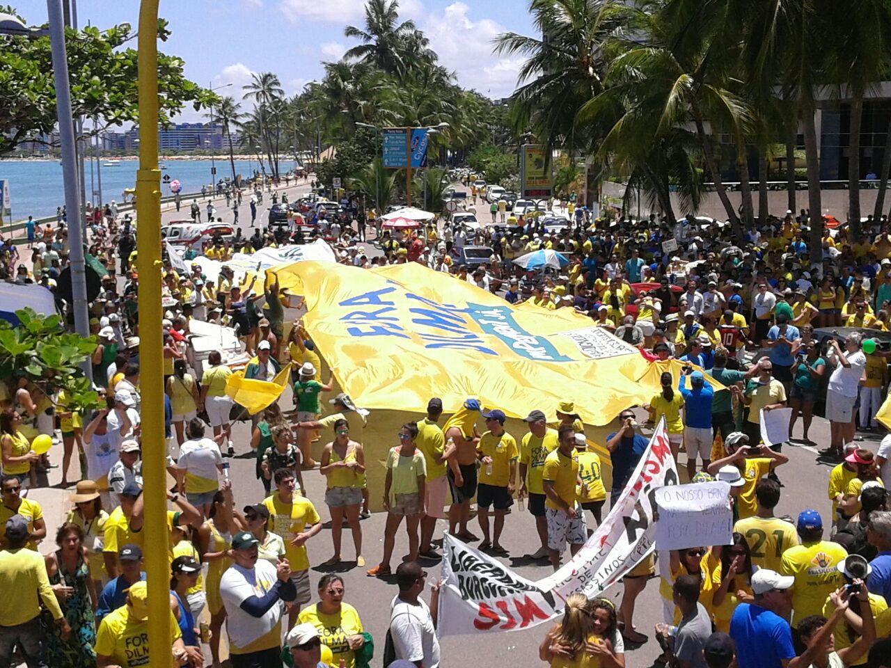 Alagoanos vão às ruas e pedem saída da presidente Dilma; confira as fotos