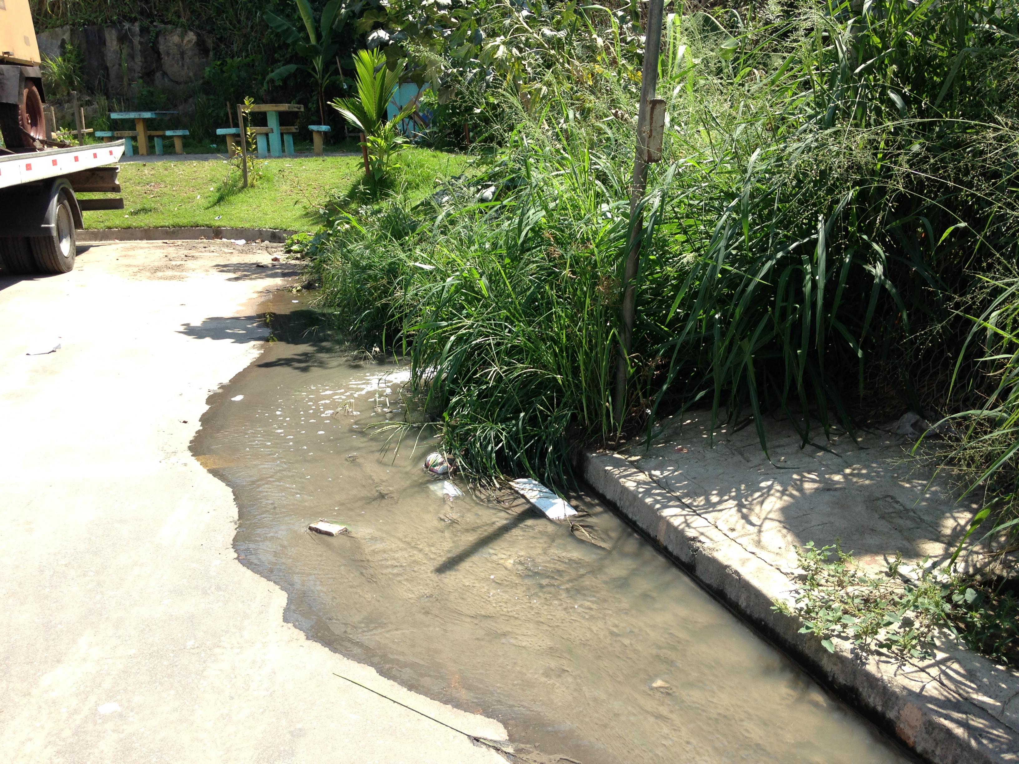 Tubulação de esgoto a céu aberto preocupa moradores do condomínio da Itararé