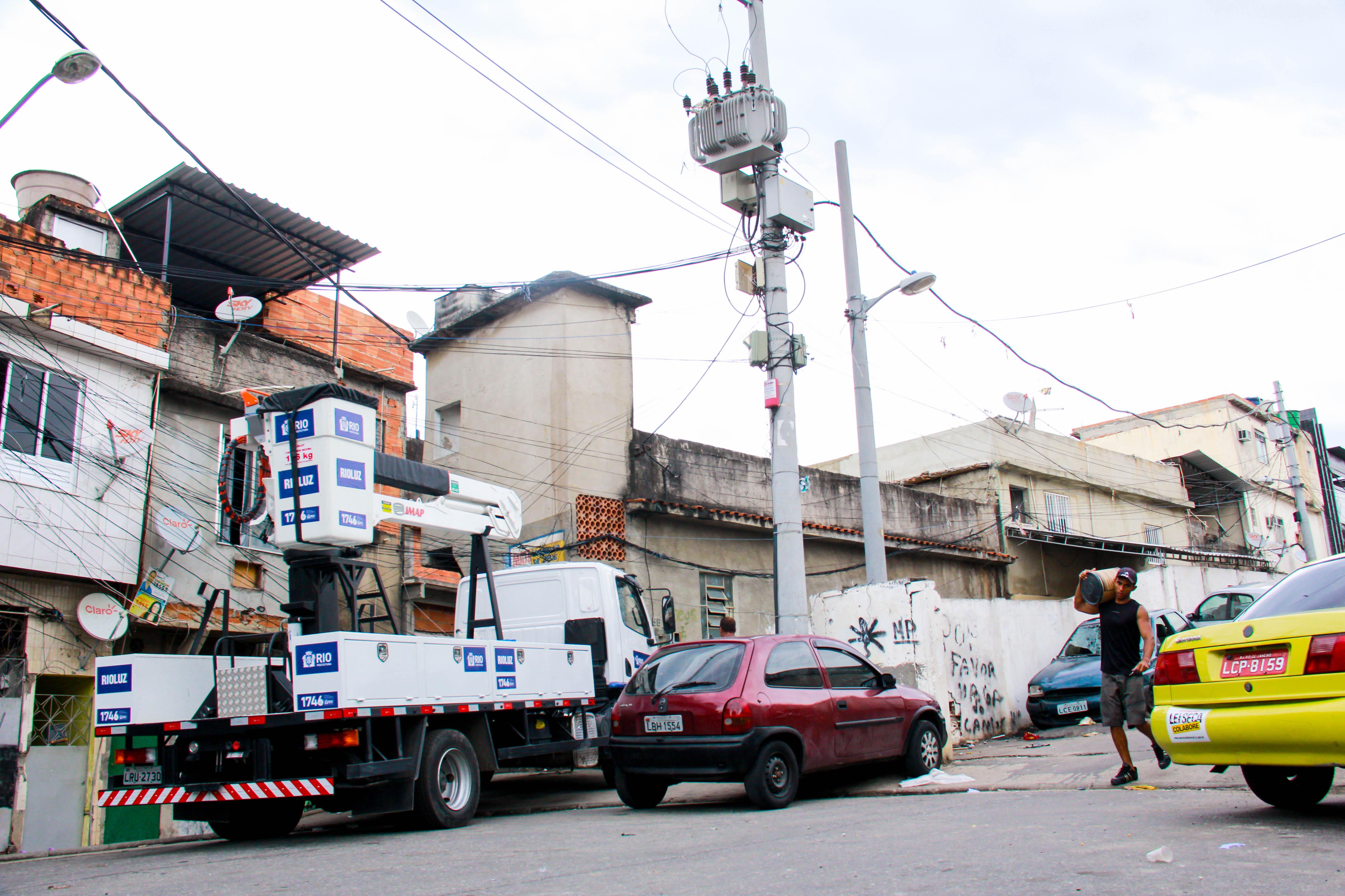SOLTA A VOZ:  Após matéria feita pelo voz da comunidade rio luz resolve problemas de iluminação pública em postes no alemão