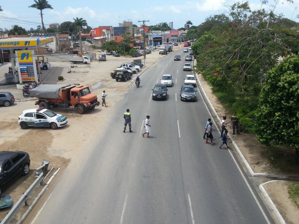 Agentes auxiliam pedestres durante reforma de passarela