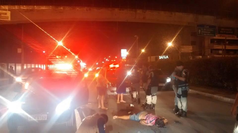 Homem morre após cair de elevado e ser atropelado por veículo no Farol