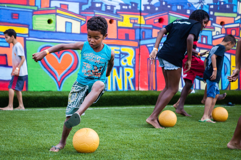 Chevrolet reforma campo de futebol na comunidade da Chatuba, no Complexo da Penha