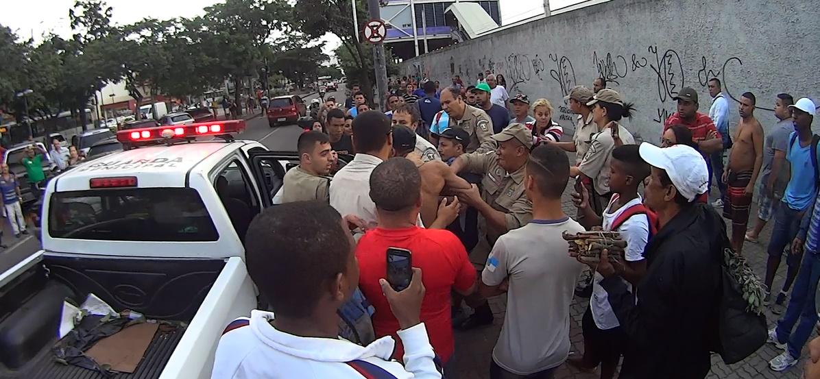 Confusão entre Guardas Municipais e Camelôs paralisa o trânsito em Bonsucesso