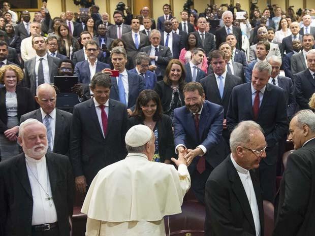 Prefeito de São Paulo presenteia Papa Francisco com álbum clássico dos Racionais MC's e é criticado