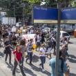 Manifestantes descendo a estrada do itararé, interditando toda a rua. - Foto: Renato Moura