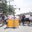 Manifestantes mostrando os cartazes na estrada do itararé. - Foto: Renato Moura