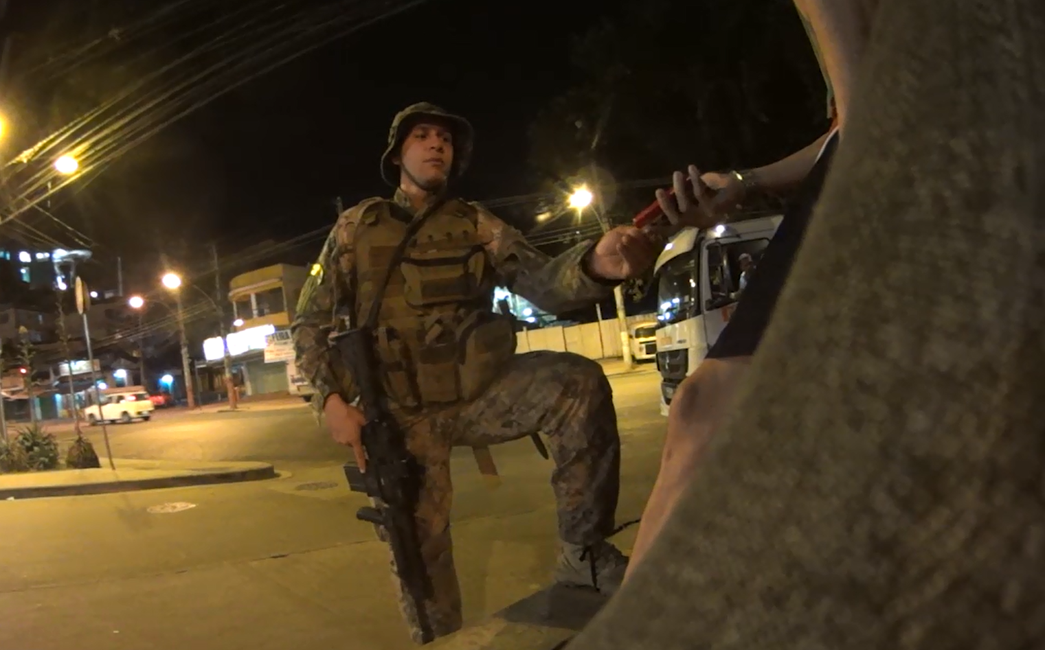 Repórter do Voz da Comunidade e moradores do Alemão são coagidos por Policiais Militares em mais uma noite de terror