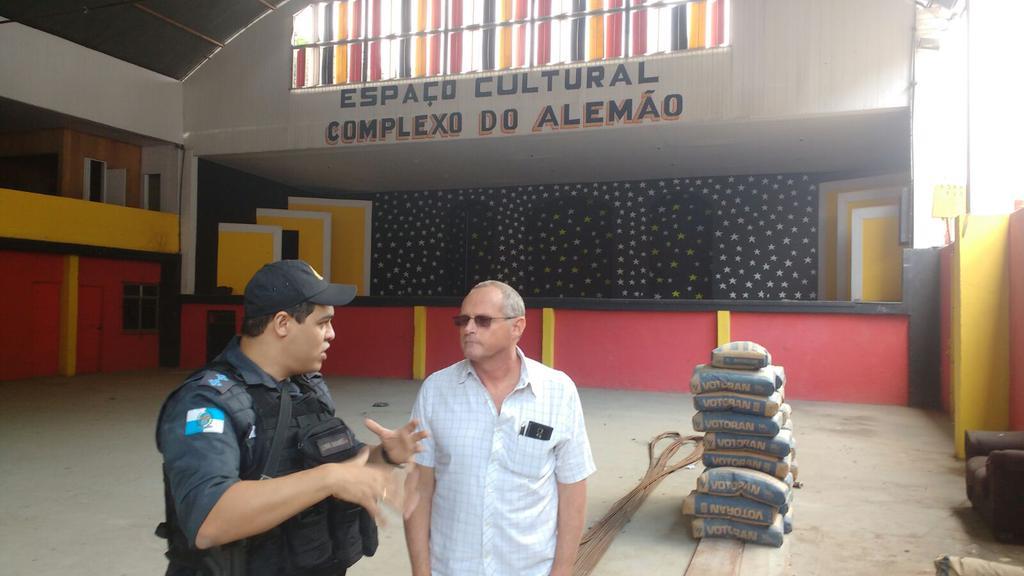 Beltrame anda pelo o Complexo e visita Escola no Alemão que tem uma base da UPP dentro