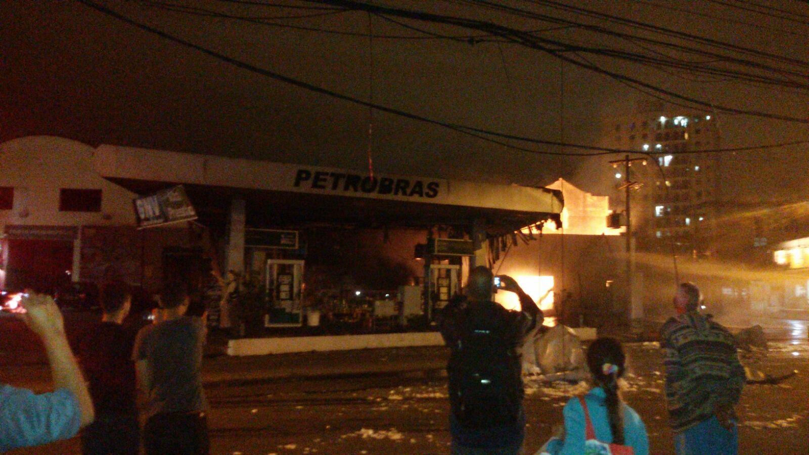 Clientes de supermercado vivem momentos de terror após posto de gasolina explodir na zona norte do Rio