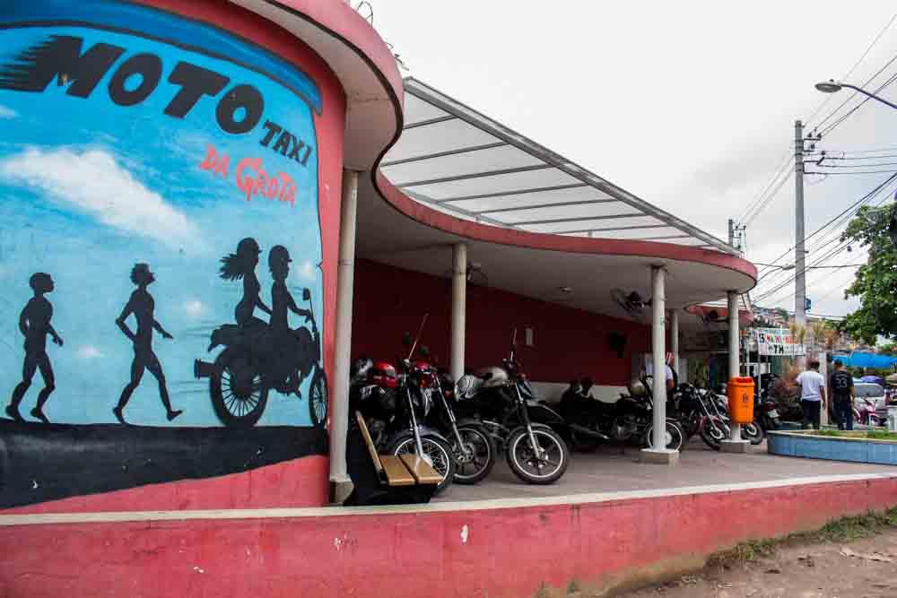 Os desafios diários dos motoqueiros do Complexo do Alemão