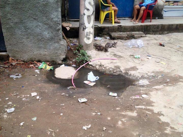 Moradores da Favela da Kelson's  sofrem com esgoto a céu aberto