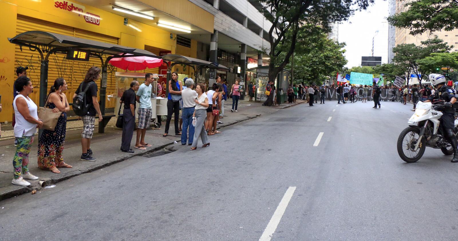 O povo estava no ponto de ônibus assistindo o protesto contra o aumento da passagem