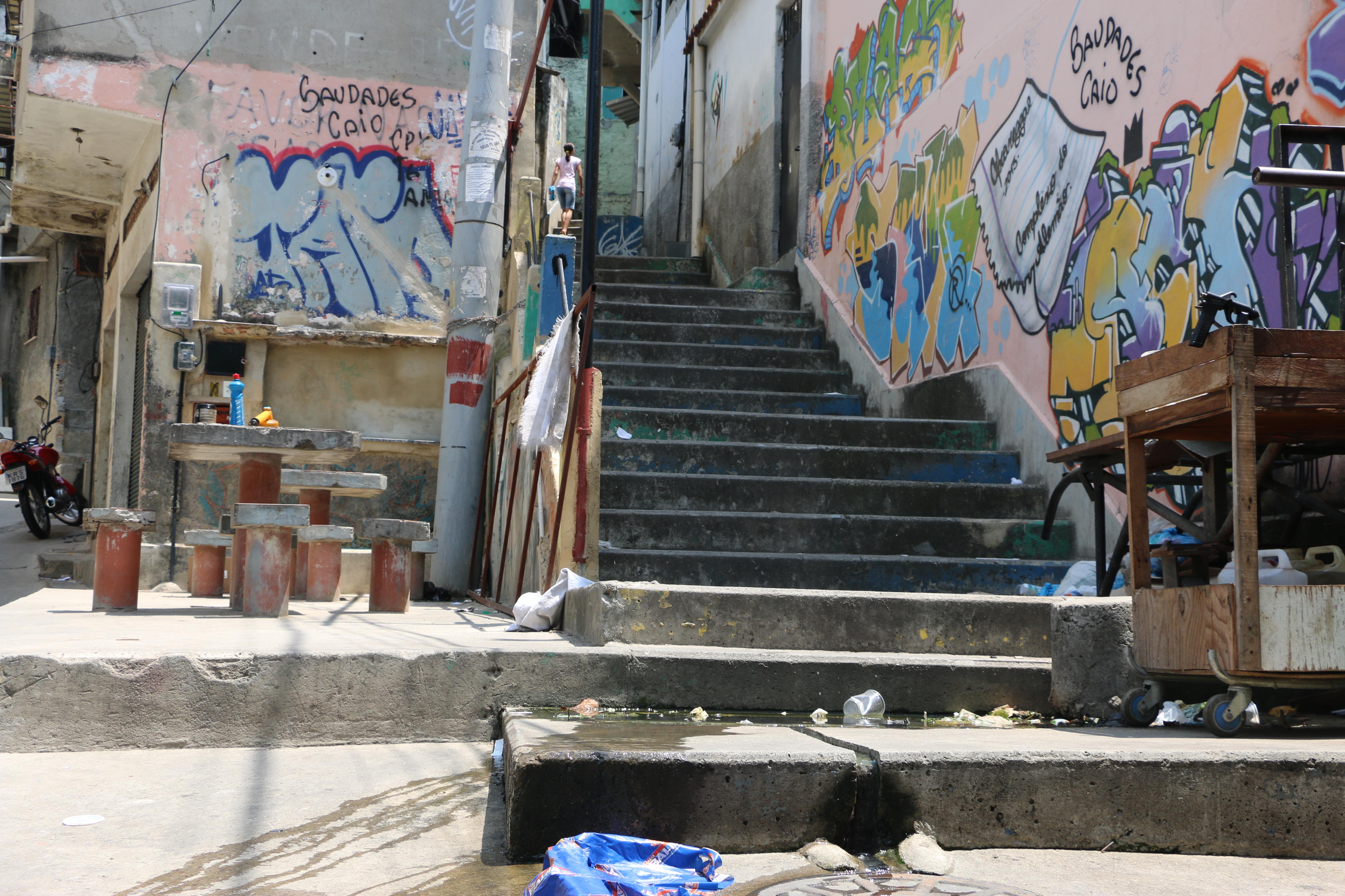 Moradores e comerciantes da Grota sofrem com esgoto a céu aberto