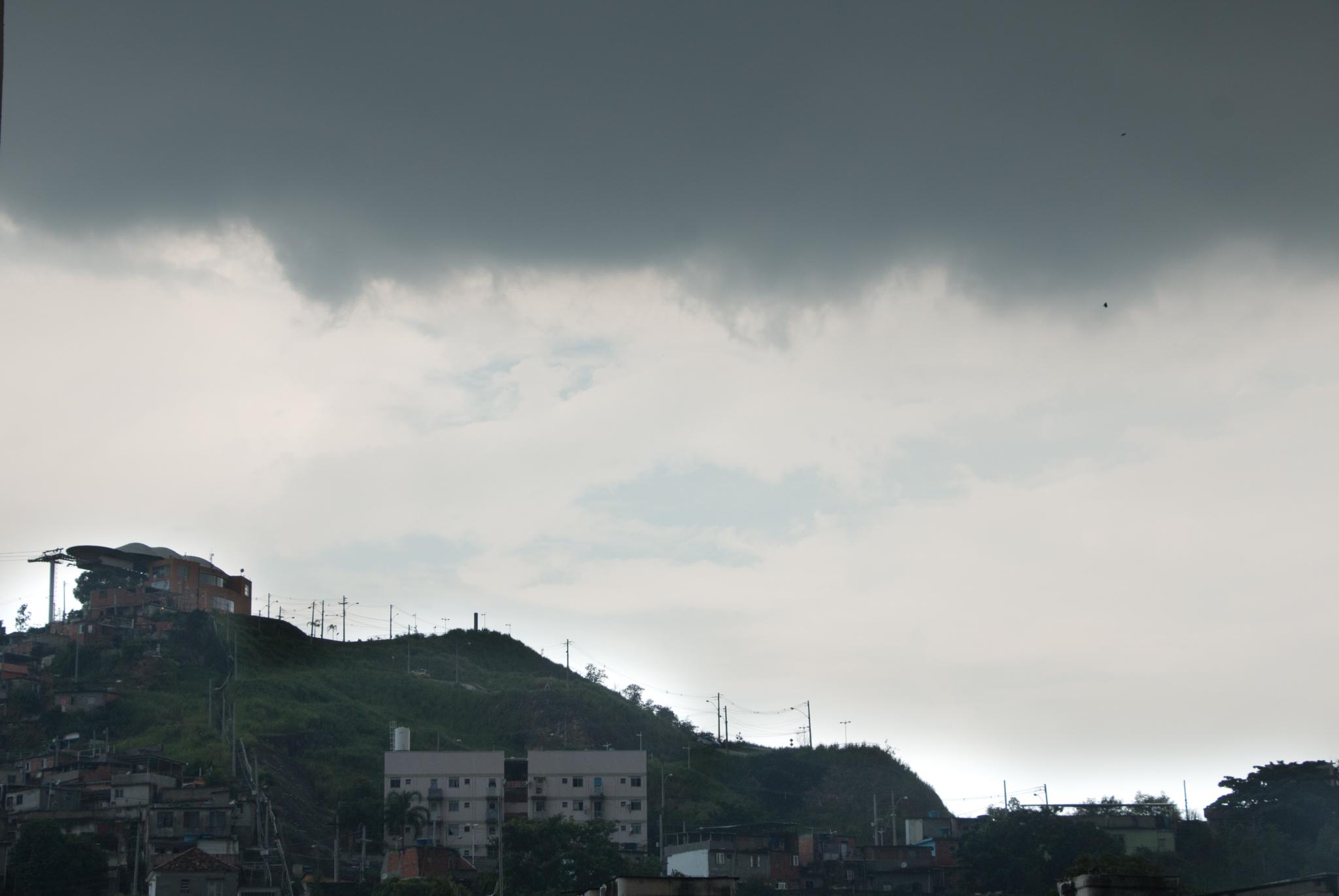 Previsão de fortes chuvas faz Rio de Janeiro entrar em estado de alerta nesta quinta feira (28)