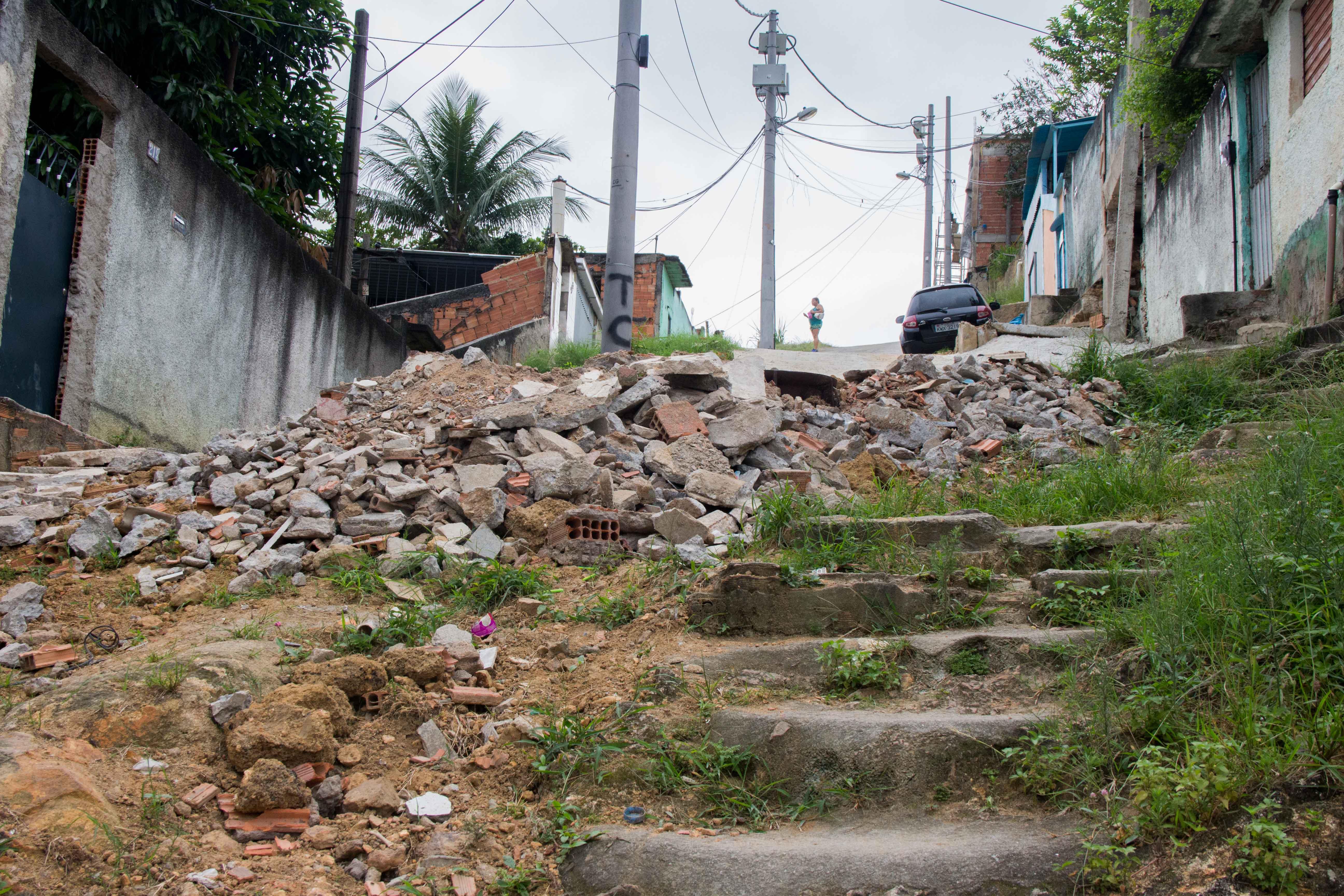 Revitalização de calçada no Morro do Adeus é feita por moradores