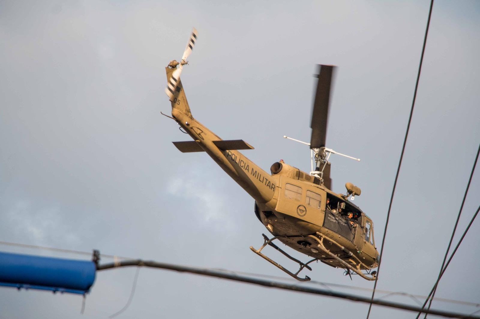 Com helicóptero usado na guerra do Vietnã, policia militar faz mega operação no Alemão