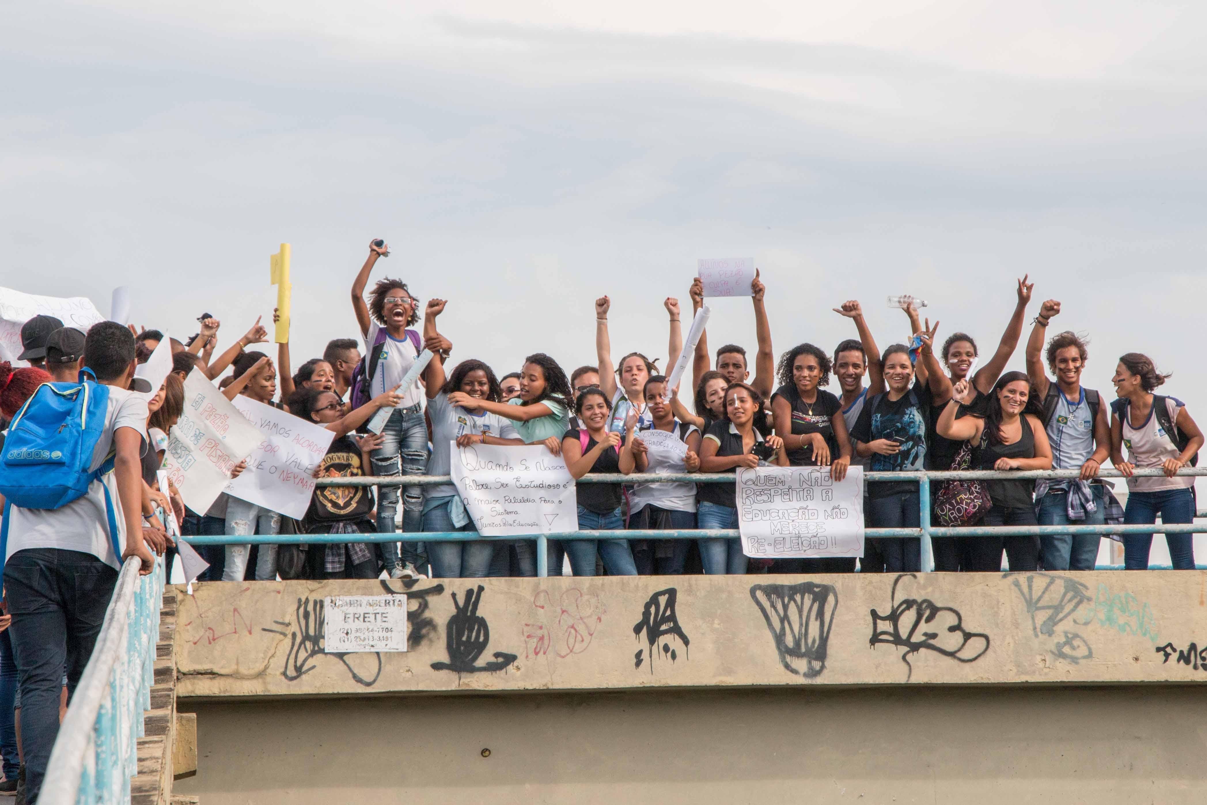 Estudantes fazem protesto na praça das nações e na porta do colégio Tim Lopes