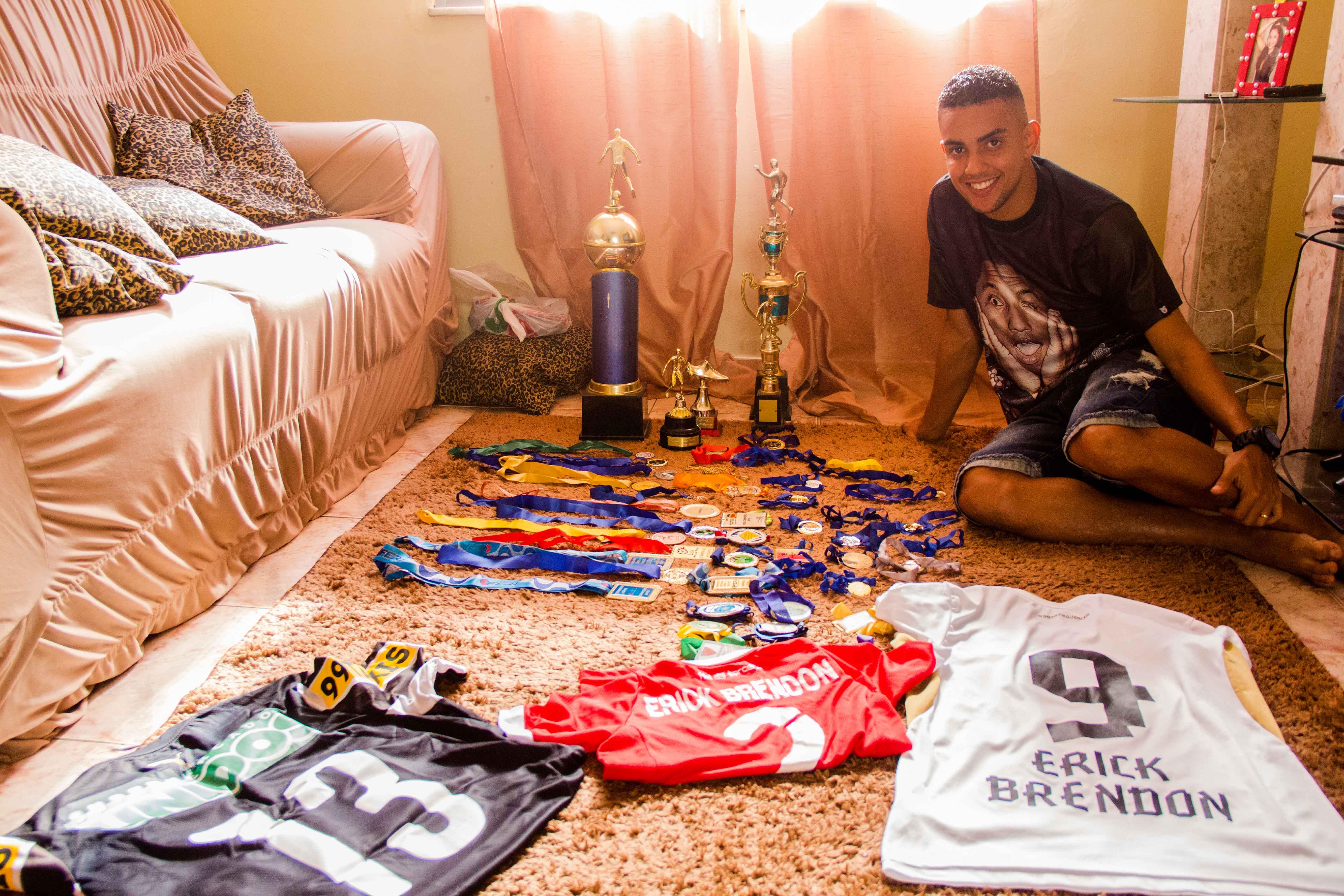Erick Brendon, o menino que saiu das ruas do Complexo para jogar no Botafogo de Futebol e Regatas