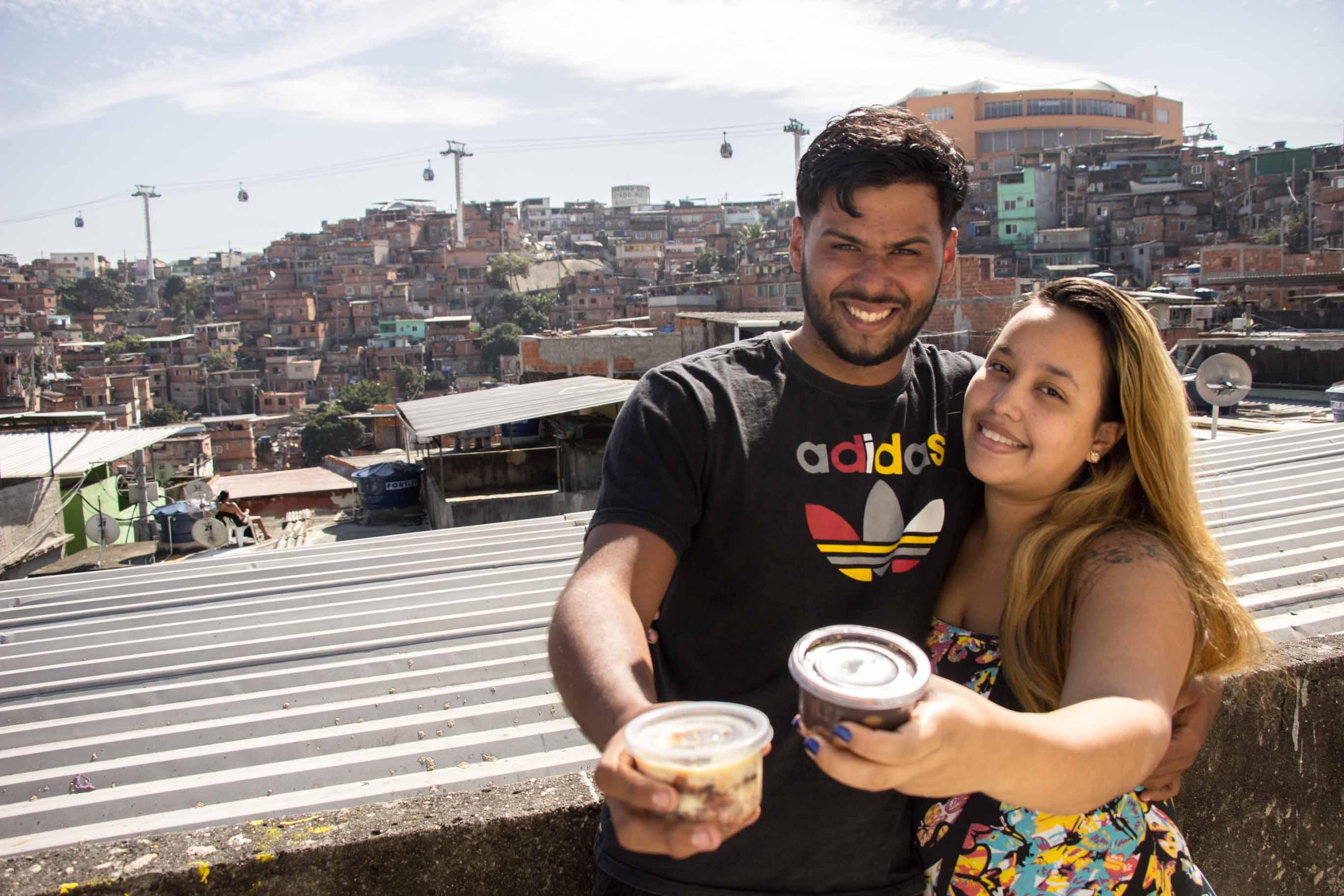 Com investimento de apenas R$ 100, casal dribla crise e faz sucesso vendendo bolos no Complexo do Alemão