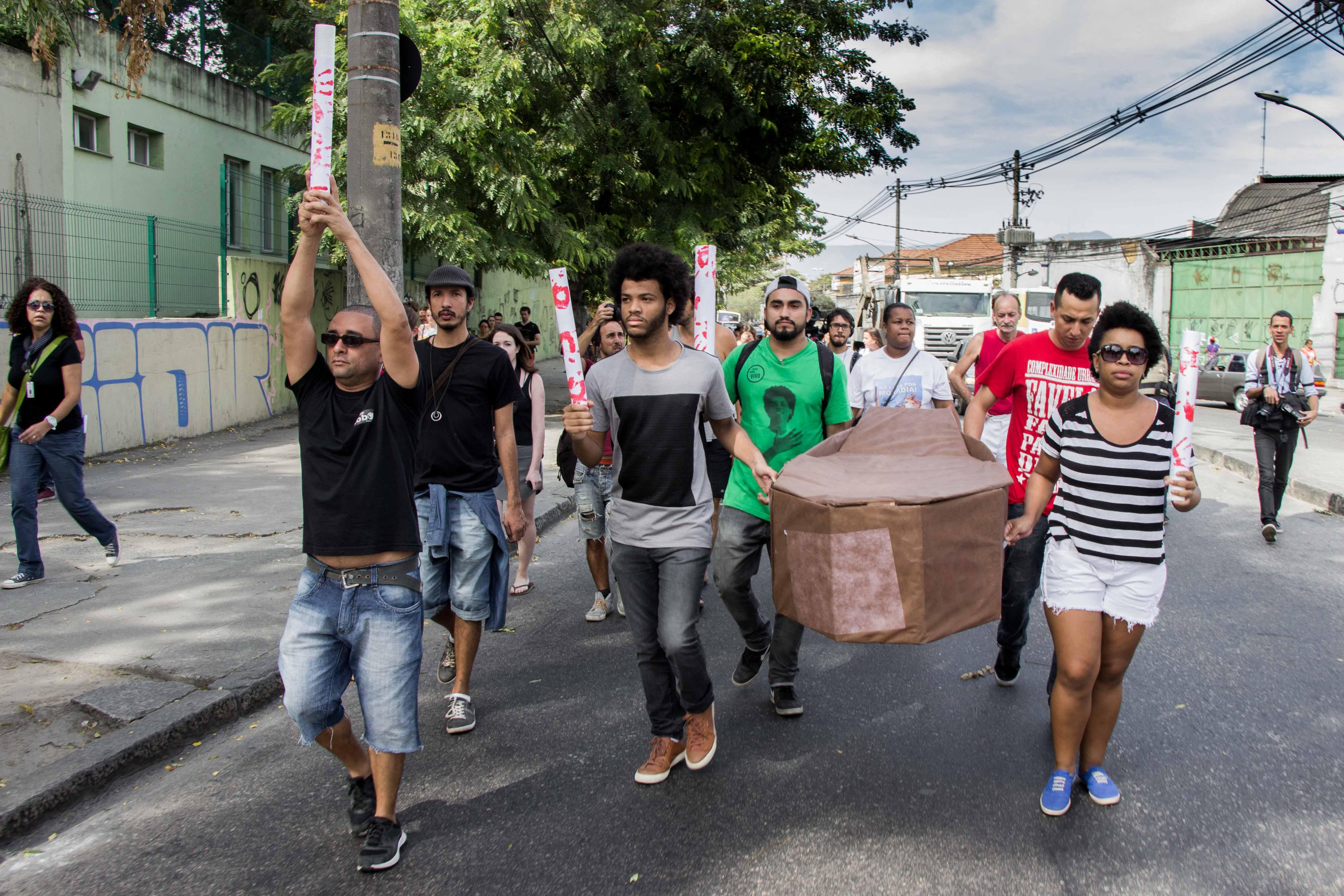 Passagem de Tocha Olímpica do Alemão clama por paz