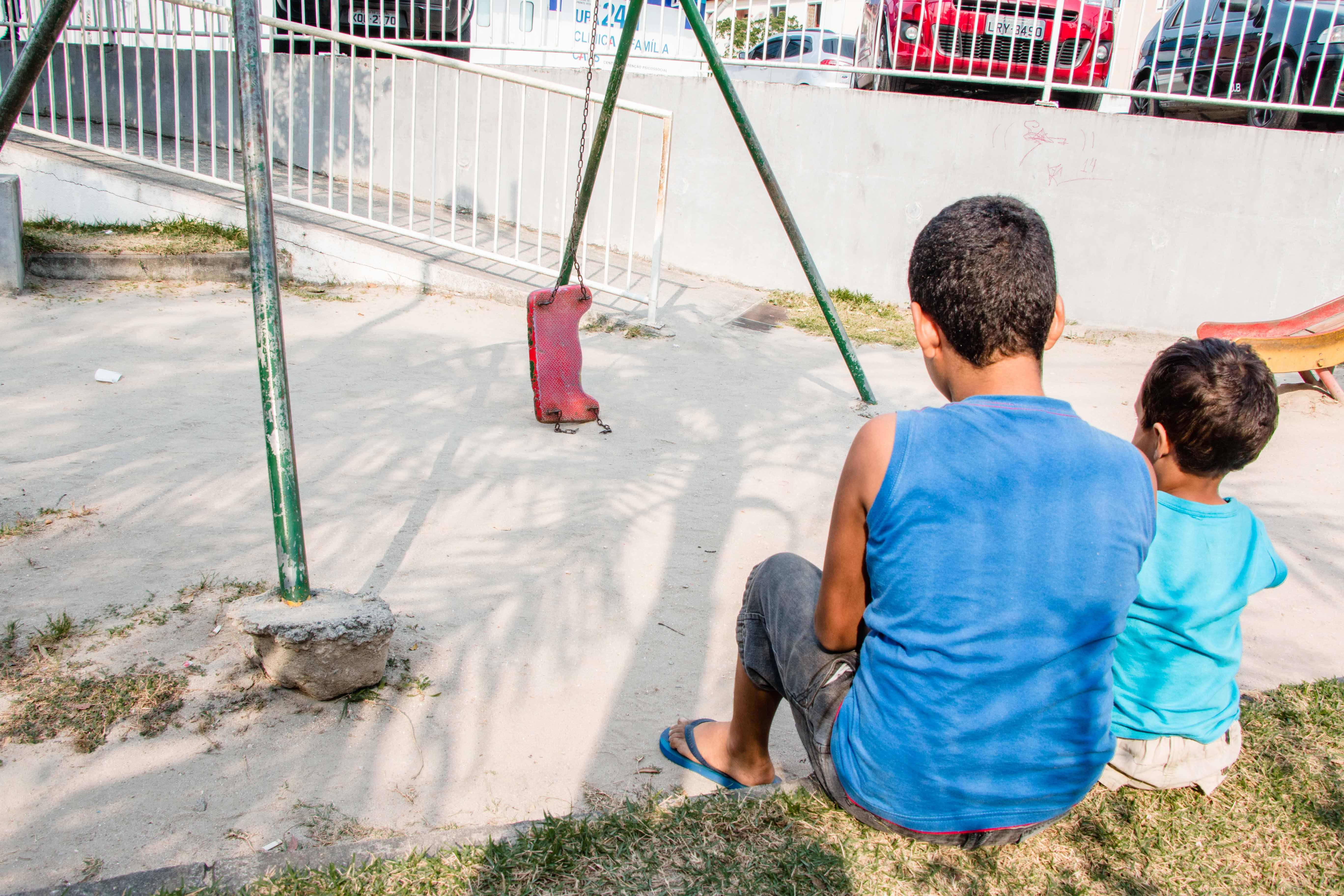 Crianças se arriscam em parquinho da UPA do Alemão