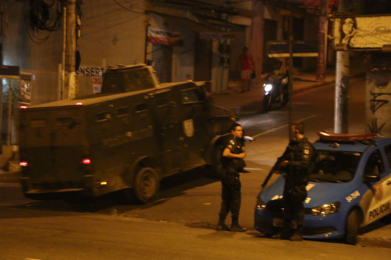 Noite de terror deixa mais dois baleados no Alemão