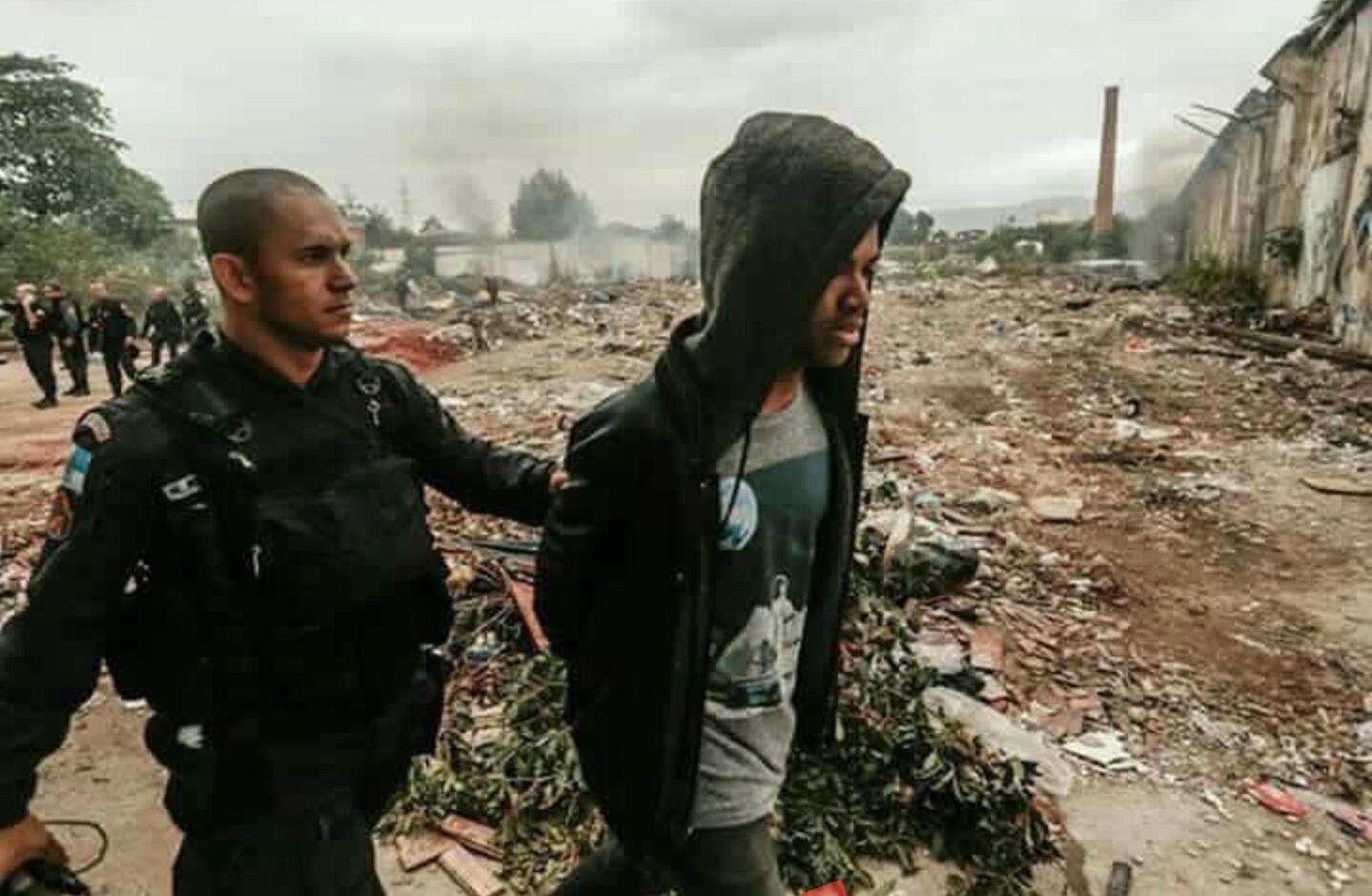 Rene Silva e Renato Moura são detidos enquanto faziam cobertura de invasão no Alemão
